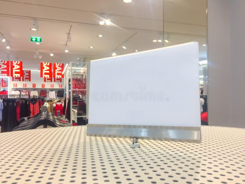 在购物中心的空的白色标志身分有销售时间的 免版税图库摄影