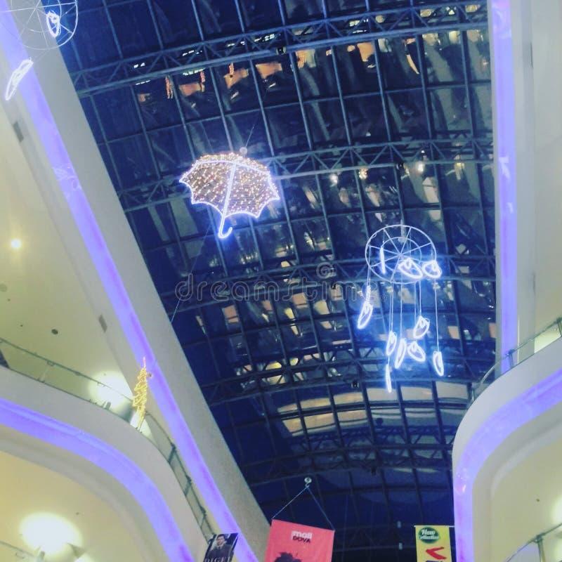 在购物中心的雨盖子 库存图片