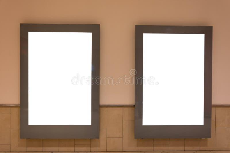 在购物中心隔绝的两个空白的广告空间标志 免版税库存照片