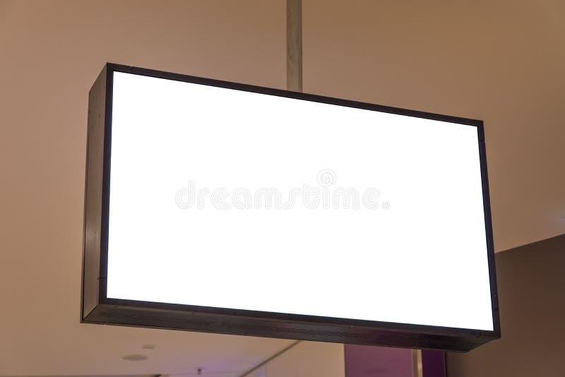 在购物中心隔绝的空白的广告空间屏幕 图库摄影