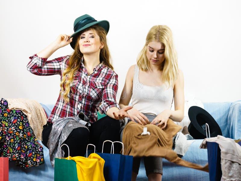 在购物以后的两个愉快的女性朋友 免版税库存图片