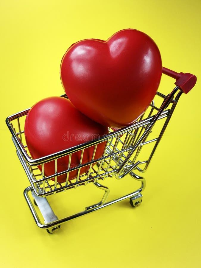 在购物车的吸水的红色心脏 库存图片
