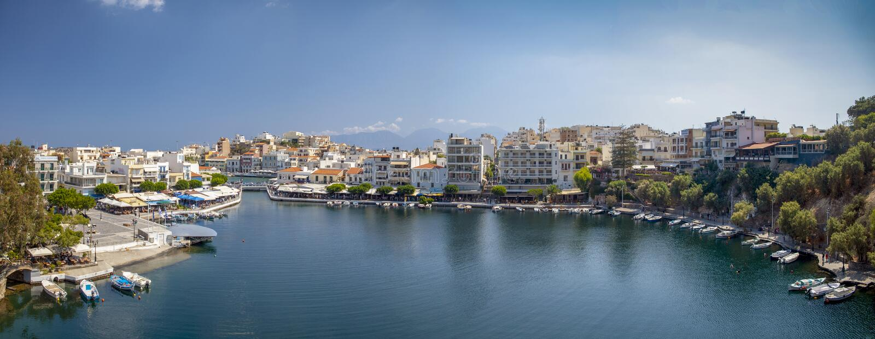 在贴水中间帕帕佐普洛斯城市的湖 在克利特,希腊海岛上的一美丽的小镇  城市建筑学和 库存图片