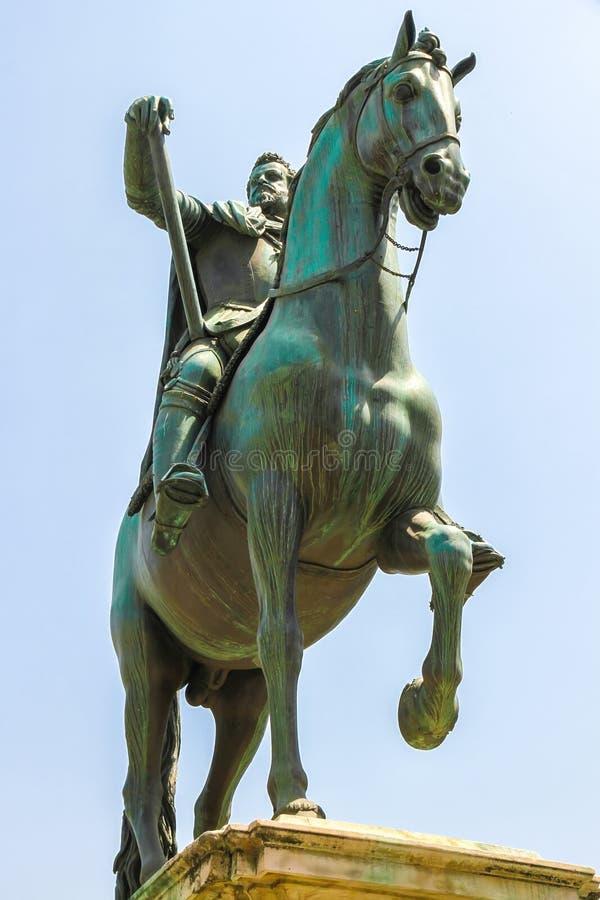 在费迪南多De Medici骑马者雕象的看法 免版税库存照片