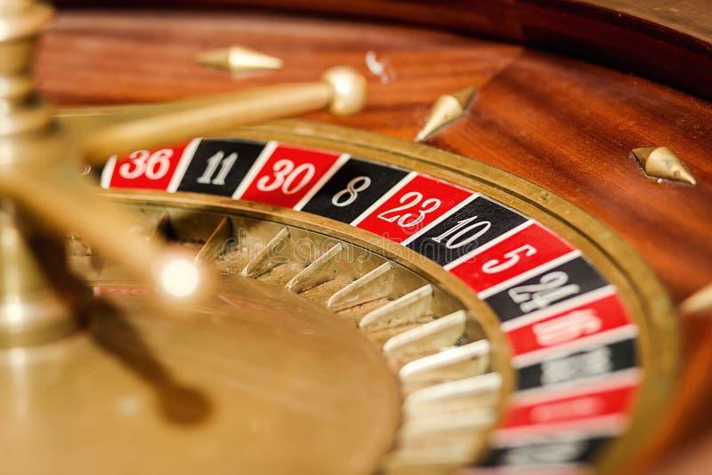 在赌博娱乐场和纸牌筹码的轮盘赌 免版税库存图片