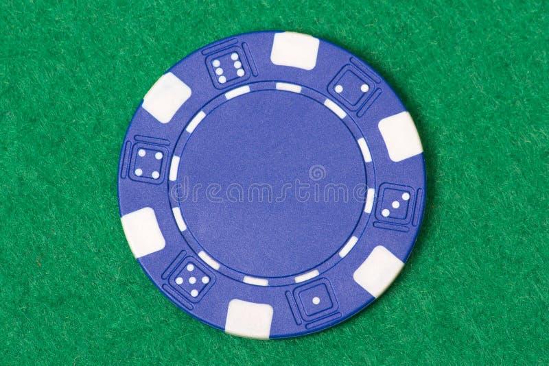 在赌博娱乐场桌上的蓝色纸牌筹码 免版税图库摄影
