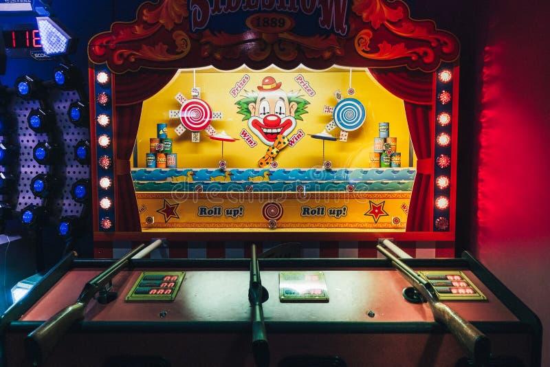 在赌博娱乐场比赛的经典葡萄酒杂耍靶场主题乐园娱乐游戏狂欢节在好莱坞露天剧场布赖顿小游艇船坞 免版税库存图片