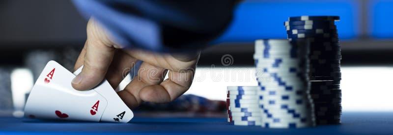 在赌博娱乐场的啤牌比赛 图库摄影