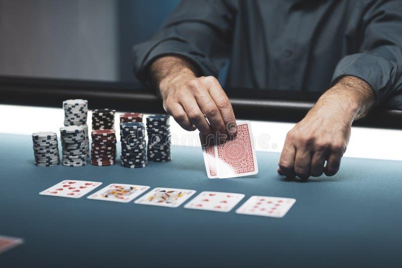在赌博娱乐场的啤牌比赛 库存图片