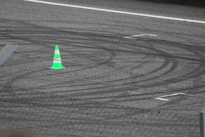 在赛马跑道柏油碎石地面的刹车痕 图库摄影