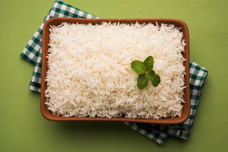 在赤土陶器碗,选择聚焦的煮熟的简单的白色印度大米 库存照片