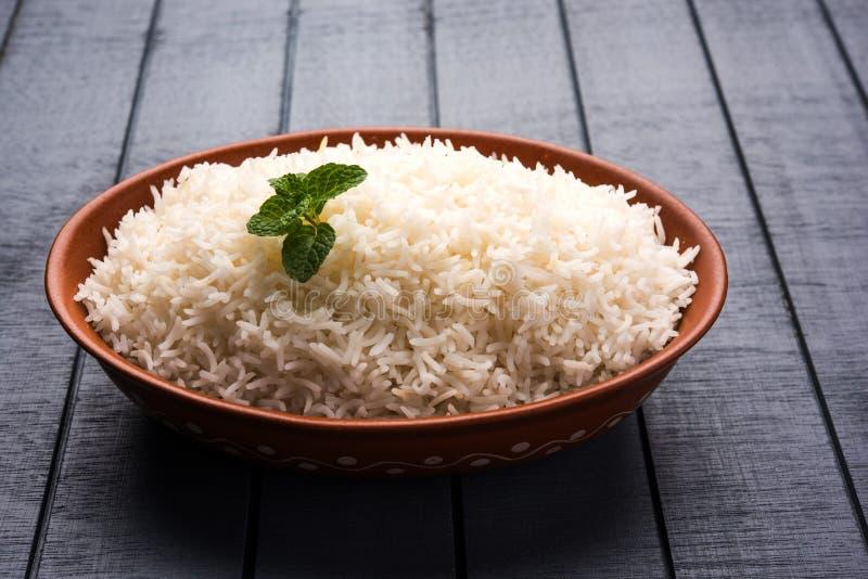 在赤土陶器碗,选择聚焦的煮熟的简单的白色印度大米 图库摄影