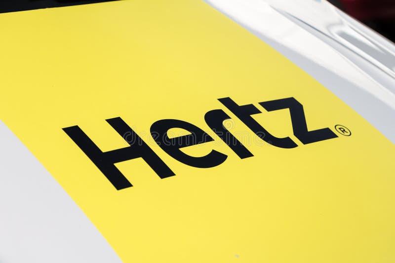 在赫兹搬运车上的赫兹商标 免版税库存照片