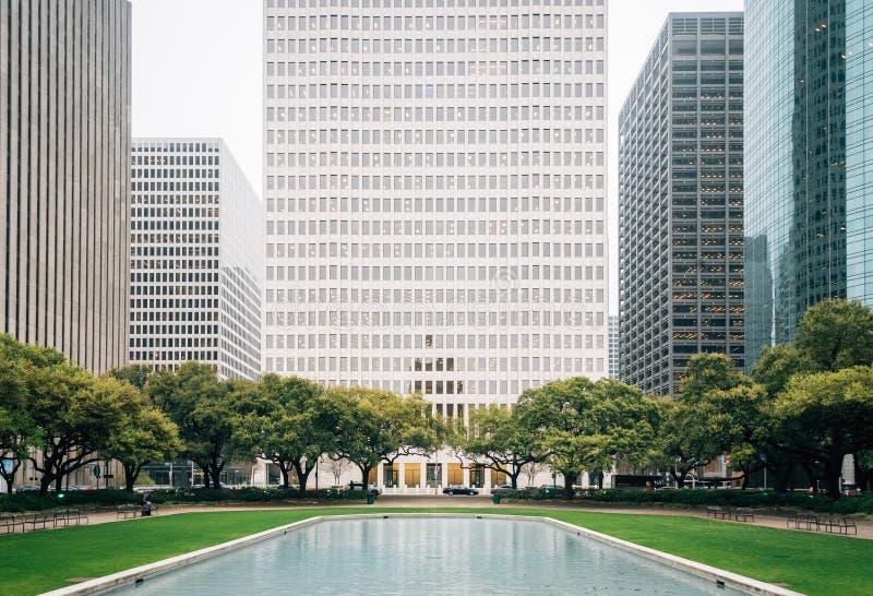 在赫尔曼广场的反射水池和现代大厦在街市休斯敦,得克萨斯 免版税库存图片