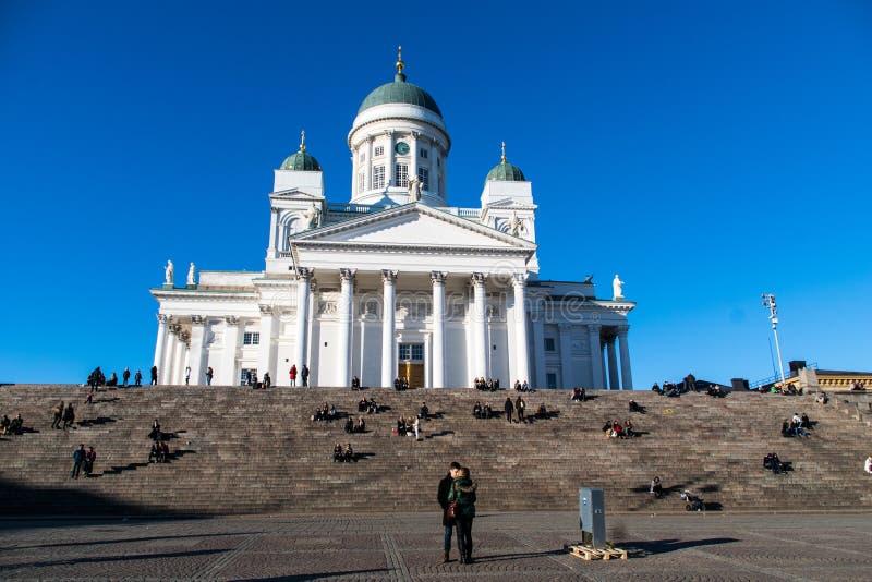 在赫尔辛基大教堂,芬兰前面的一对夫妇 免版税库存照片
