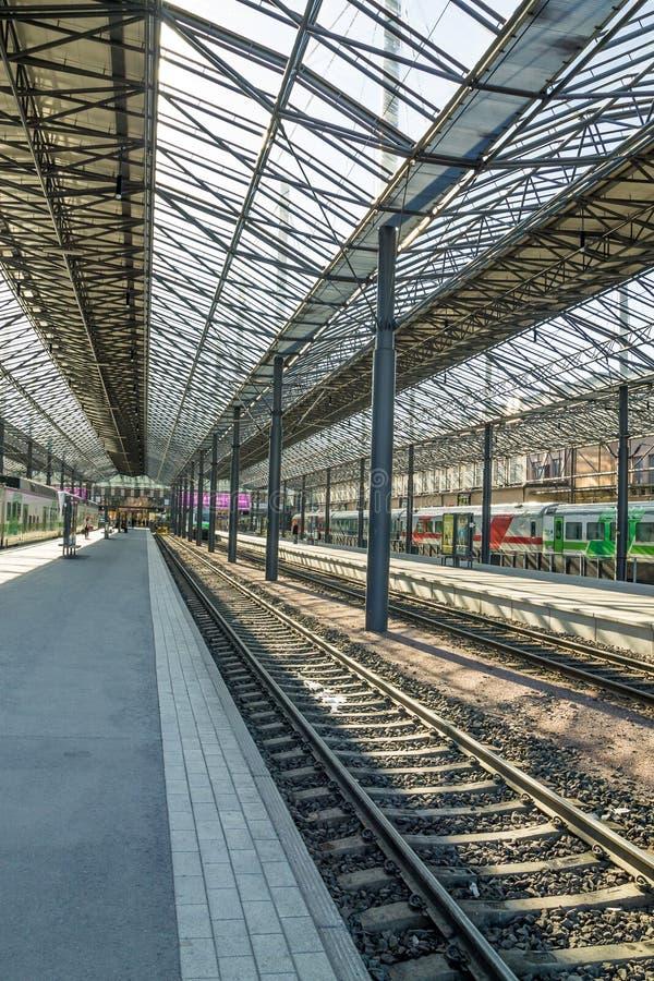 在赫尔辛基火车站的火车等待的离开 免版税库存照片