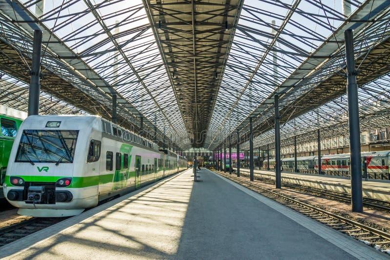 在赫尔辛基火车站的火车等待的离开 库存照片