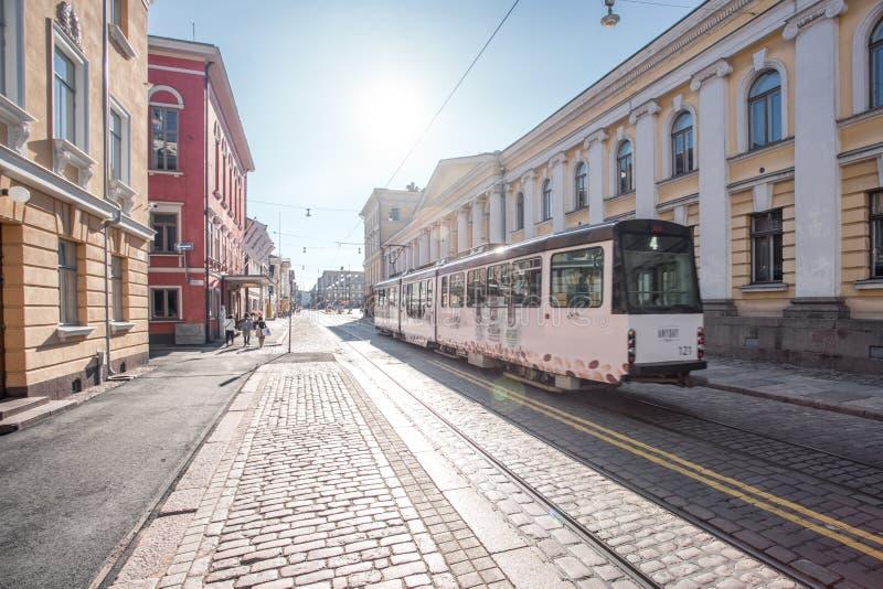 在赫尔辛基被铺的街道上的电车  库存图片