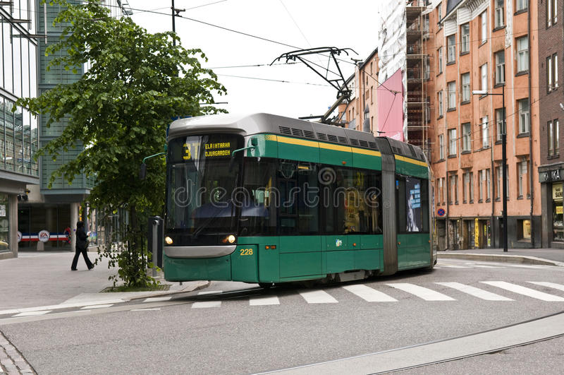在赫尔辛基,芬兰街道的电车  免版税库存照片