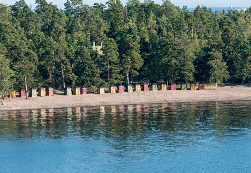 在赫尔辛基,芬兰附近的五颜六色的海滩小屋 免版税库存照片