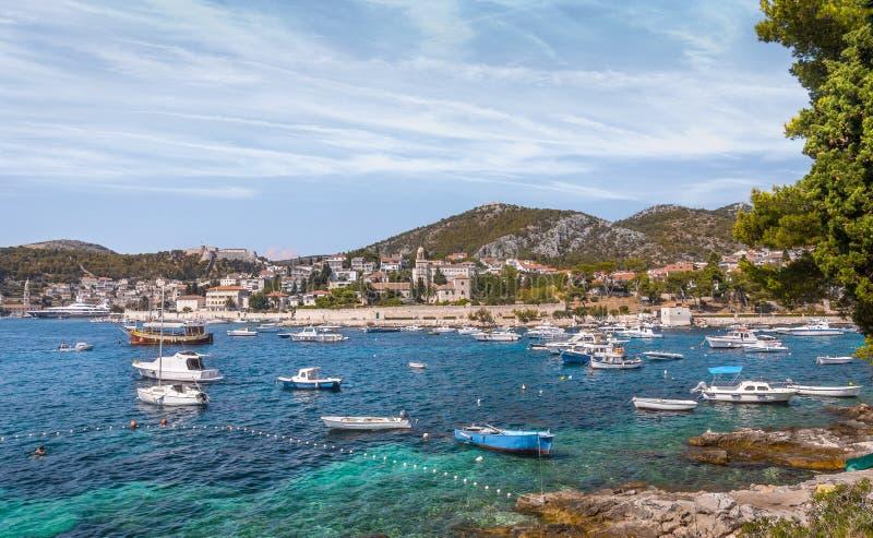 在赫瓦尔岛村庄,克罗地亚的亚得里亚海风景 免版税库存照片