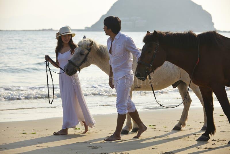 在走在海滩的爱的一对夫妇 免版税库存照片