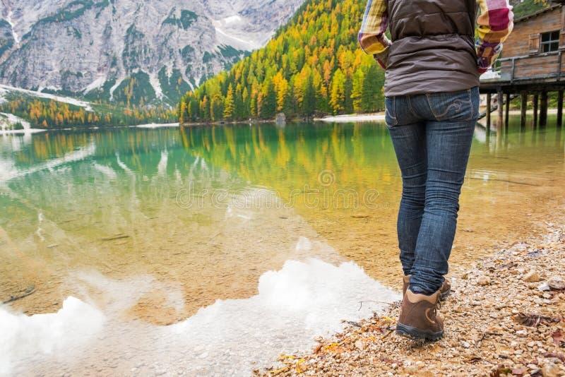 在走在湖braies的妇女的特写镜头在意大利 库存照片