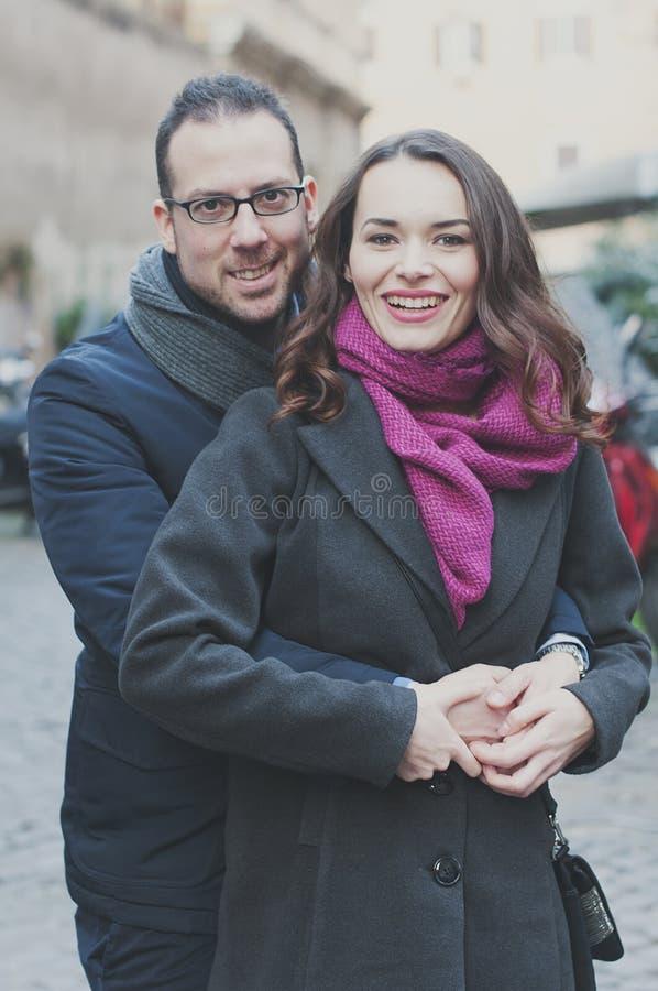 在走在罗马的爱的夫妇 免版税库存照片