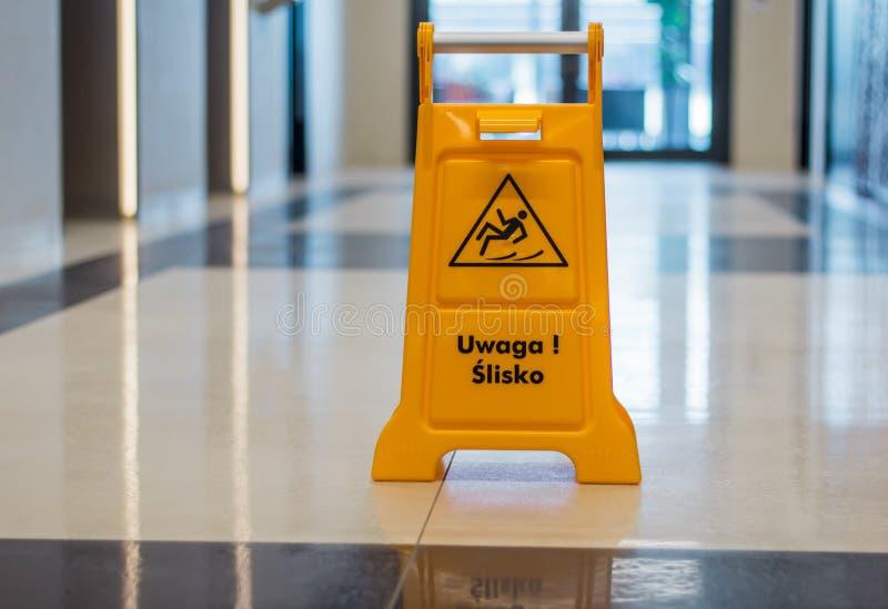 在走廊的湿地板警报信号身分 免版税库存照片