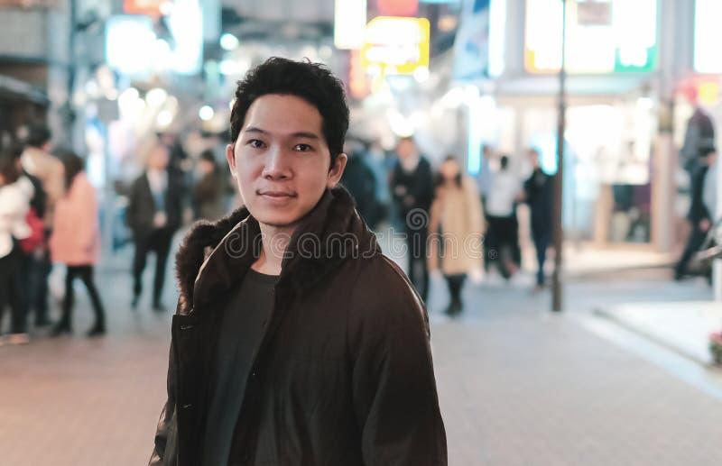 在走的街道上的可爱的年轻人在涩谷,东京日本 免版税库存照片