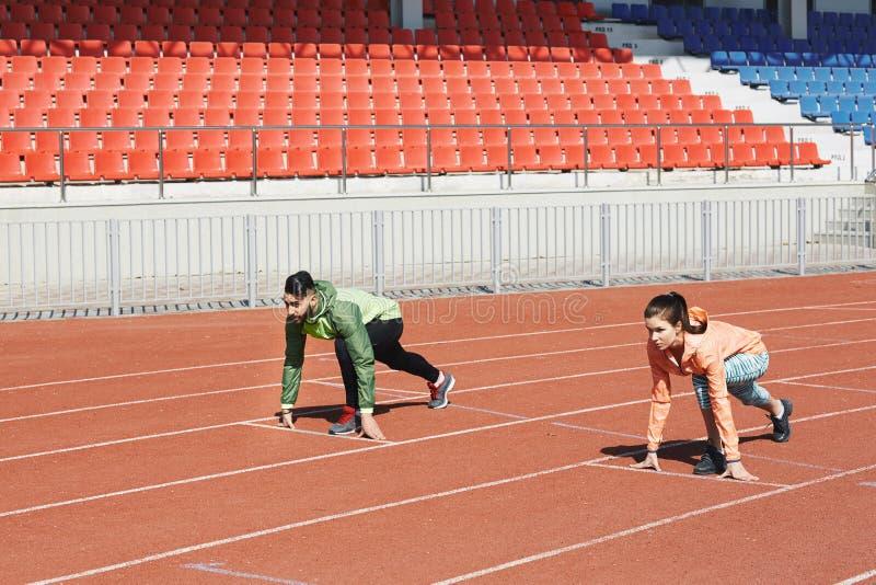 在起始位置的赛跑者 免版税库存照片