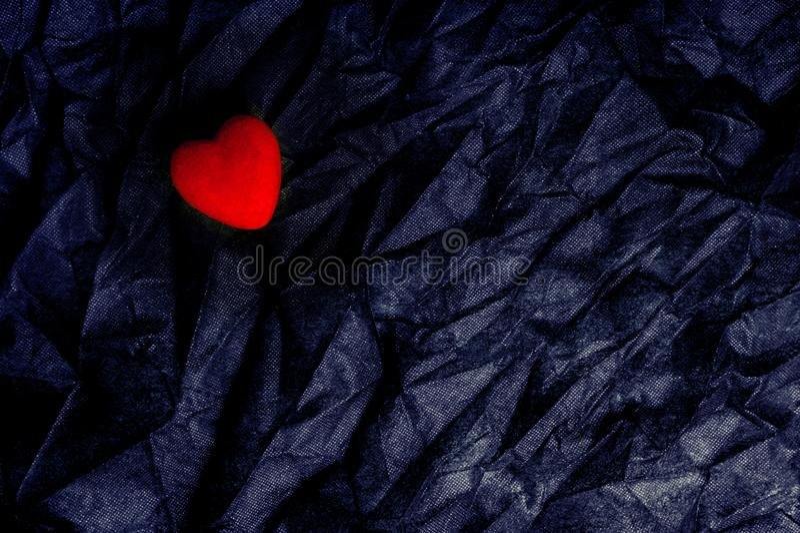 在起皱纹的黑纹理背景的顶视图红心 情人节快乐和爱概念 浪漫卡片,横幅图表 免版税库存图片