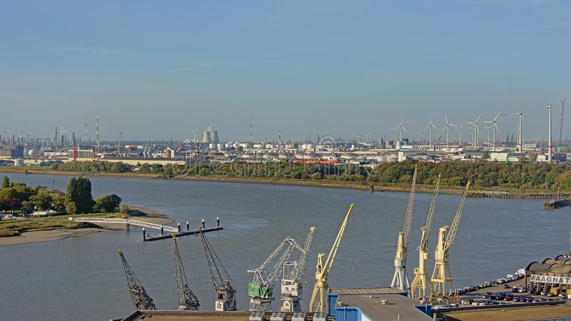 在起重机石油工业基础设施的鸟瞰图沿安特卫普港的河斯海尔德河  免版税库存照片