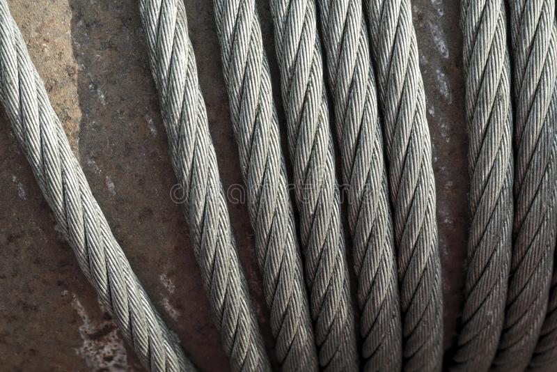 在起重机老和生锈的钢缆绳的特写镜头举的机器 图库摄影