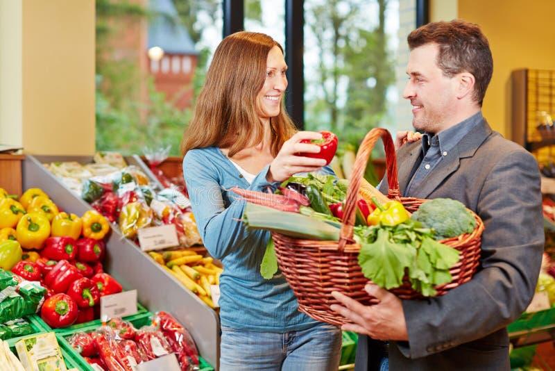 在超级市场买的夫妇新鲜 免版税图库摄影