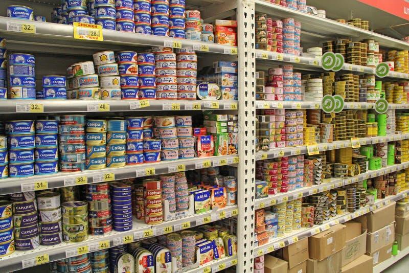 在超级市场商店架子的罐装鱼  免版税库存照片