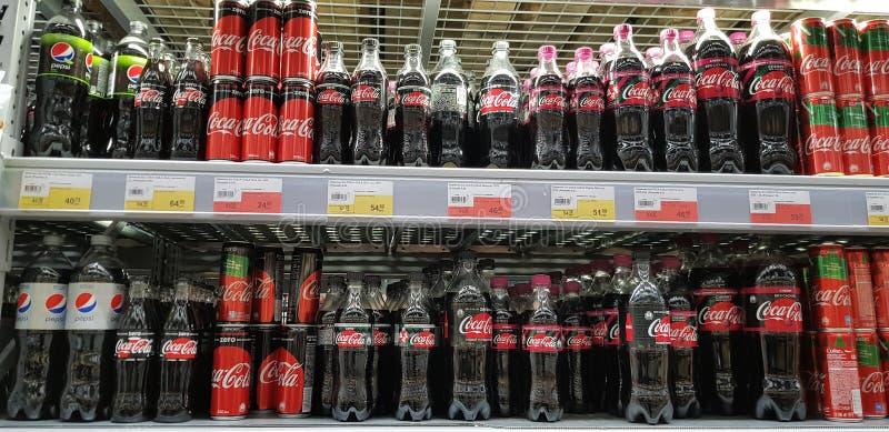 在超级市场架子的可口可乐产品 库存照片