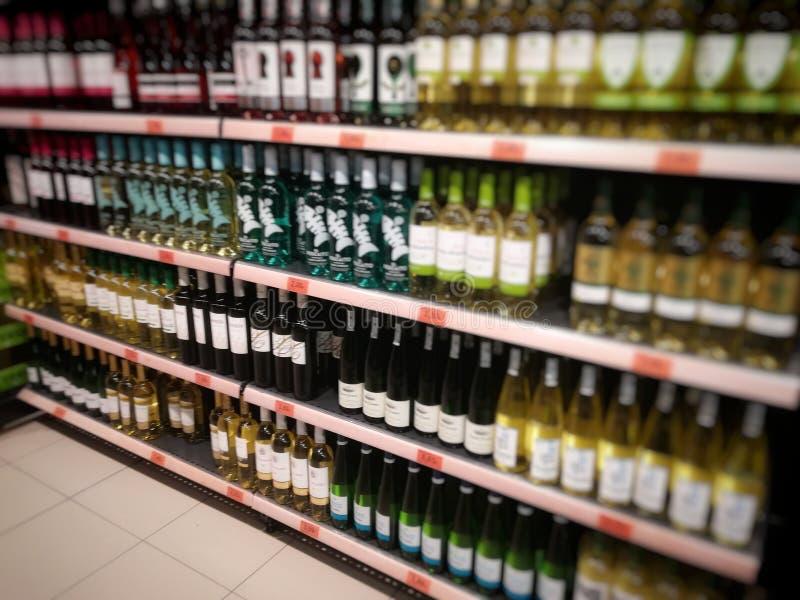 在超级市场架子的酒瓶 免版税库存照片