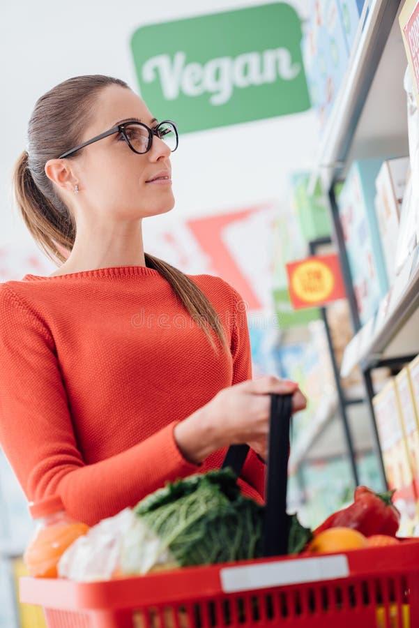 在超级市场的买菜 库存图片