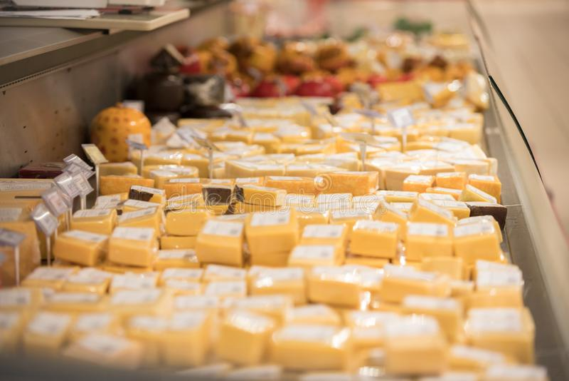 在超级市场的包裹切的乳酪搁置 免版税库存图片
