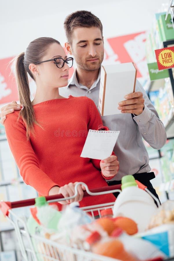 在超级市场的夫妇购物 库存图片