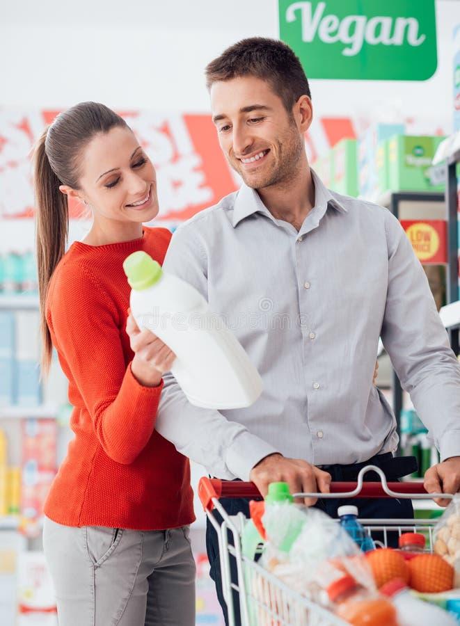 在超级市场的夫妇购物 库存照片