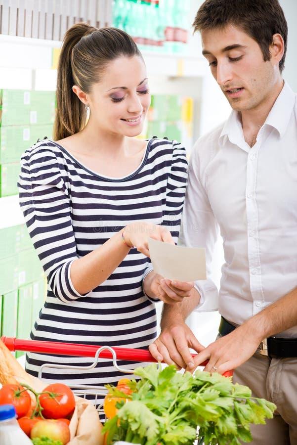 在超级市场的夫妇购物 免版税图库摄影