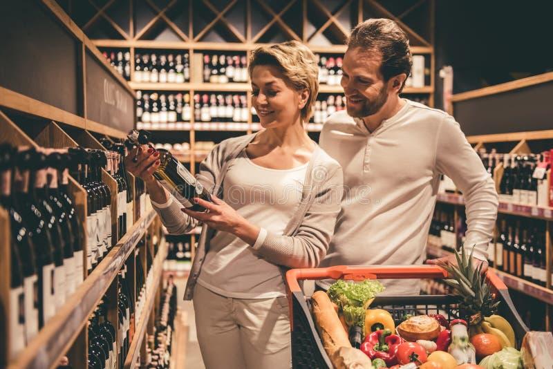 在超级市场的夫妇 库存照片