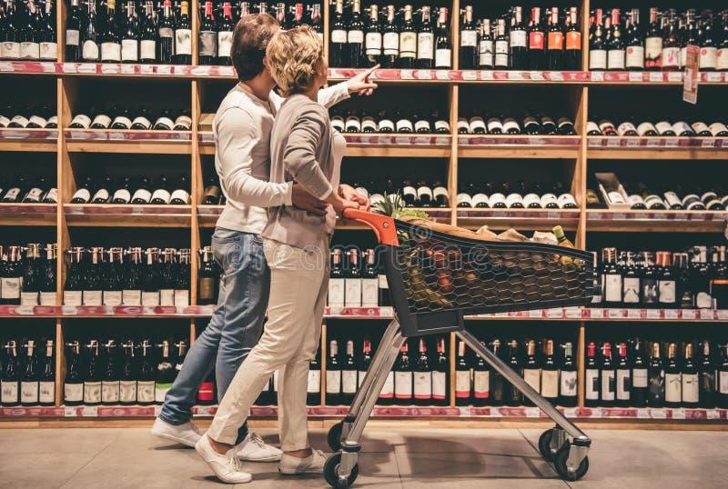 在超级市场的夫妇 免版税库存照片