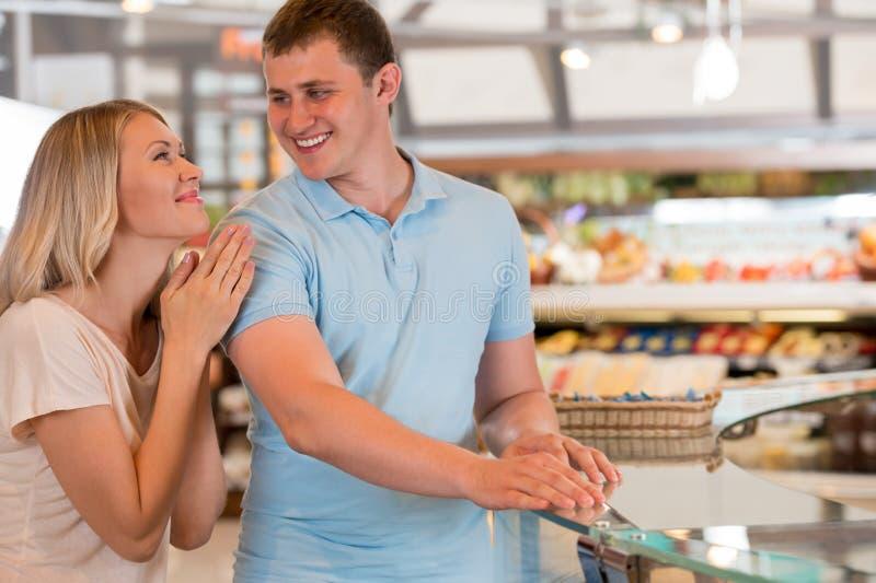 在超级市场的新夫妇购物 图库摄影