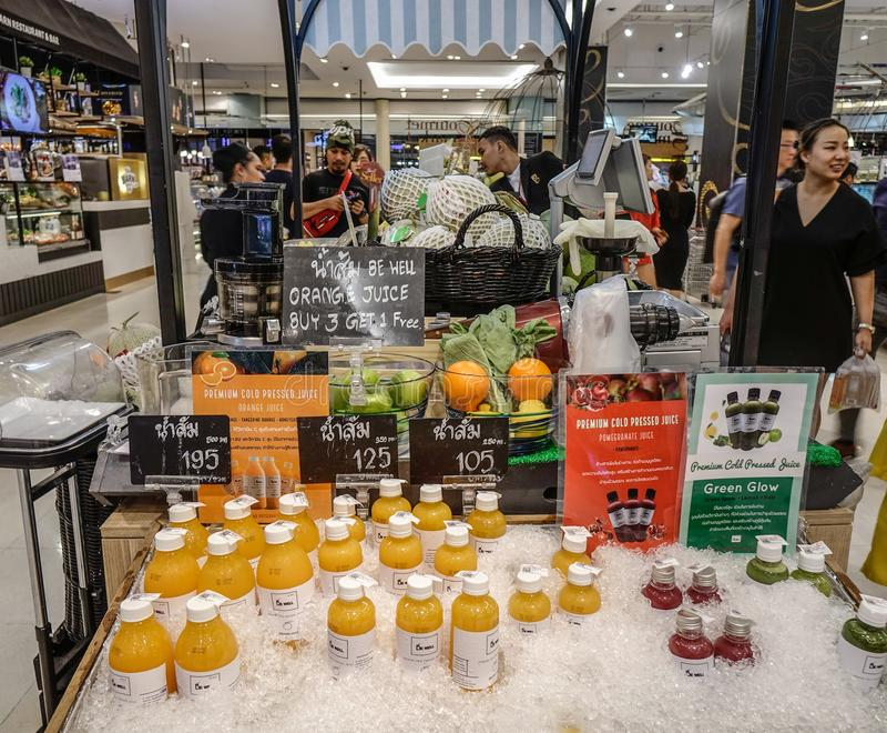 在超级市场的新鲜水果汁 免版税库存照片