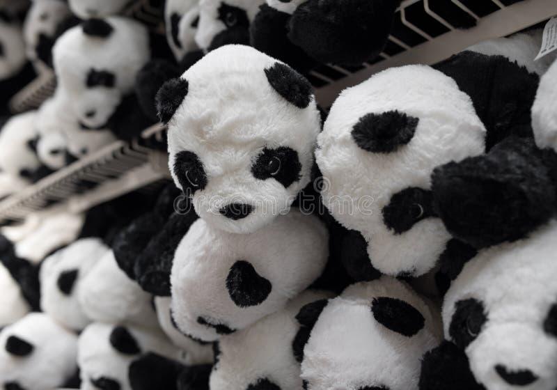 在超级市场的熊猫软的豪华的玩具 免版税库存照片