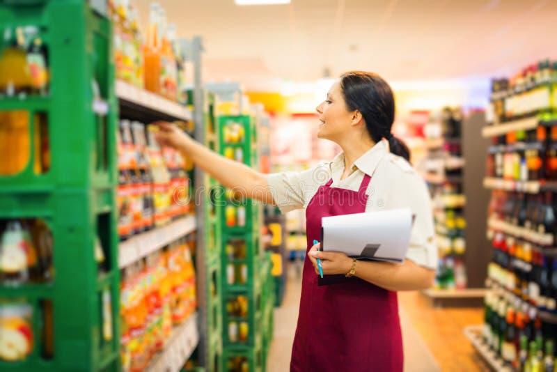 在超级市场的销售干事 免版税图库摄影