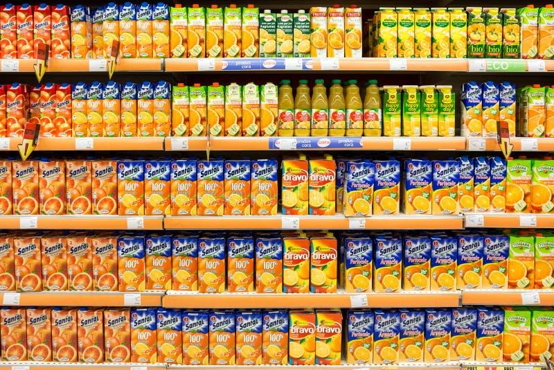 在超级市场立场的自然汁液瓶 免版税库存图片